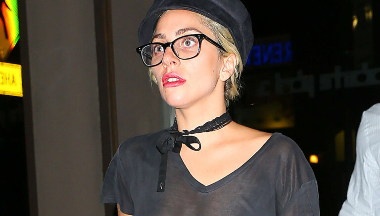 Lady Gaga zibspuldžu gaismās pavīd pliki pupiņi