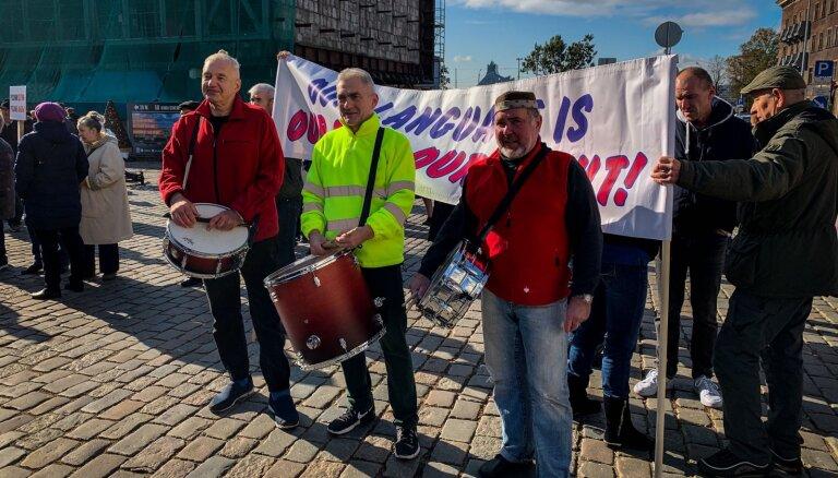 ФОТО, ВИДЕО: В Риге прошел митинг в защиту русского образования с участием 900 человек