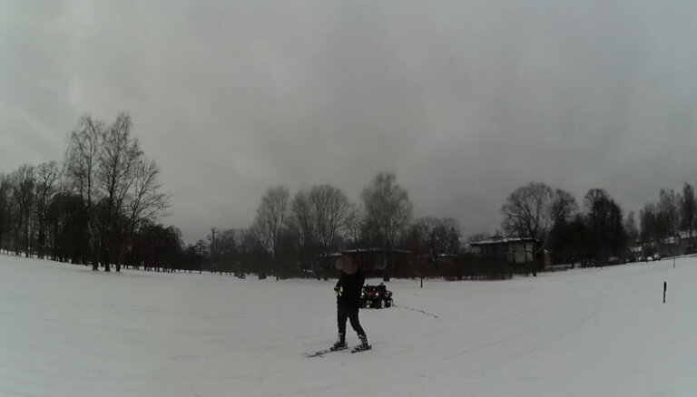 Par slēpotāja vilkšanu ar kvadriciklu Ēbelmuižas parkā aiztur sievieti bez tiesībām