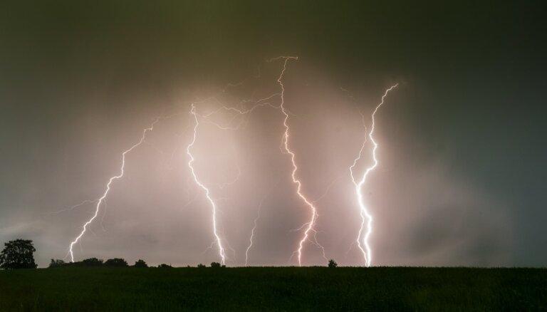 Priekuļos iemūžināts ellīgs negaiss – pat sešas zibens šautras vienlaikus