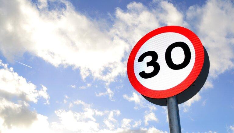 Vairākās ielās Rīgā samazināts atļautais braukšanas ātrums līdz 30 km/h