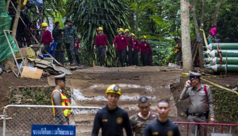 Uzlabojušies apstākļi Taizemē pazemē iesprostoto zēnu glābšanai