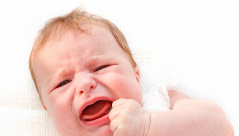 Policijai ziņo par vardarbīgu aukli, kura zīdaini nēsājusi ar galvu uz leju
