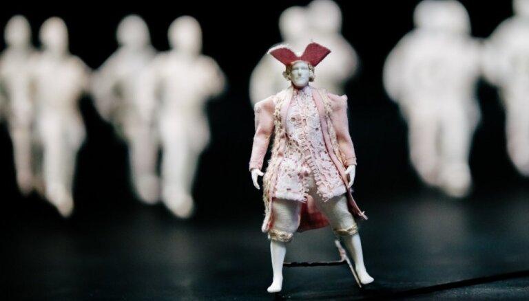 Leļļu teātrī iestudēta miniatūru marionešu un milzu objektu izrāde 'Gulivera ceļojumi'