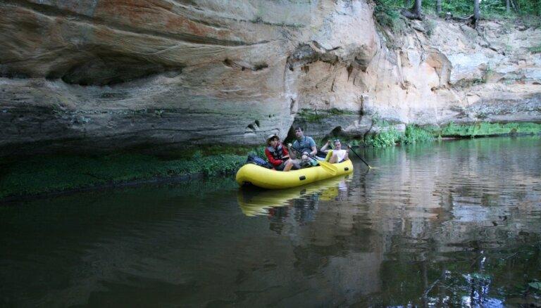 Foto: Noslēgusies laivotāju piedzīvojumu filmas 'Banāns upē' filmēšana