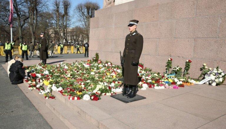 Mildas acīm: Ko Brīvības piemineklis pieredzējis 16. martā desmit gados