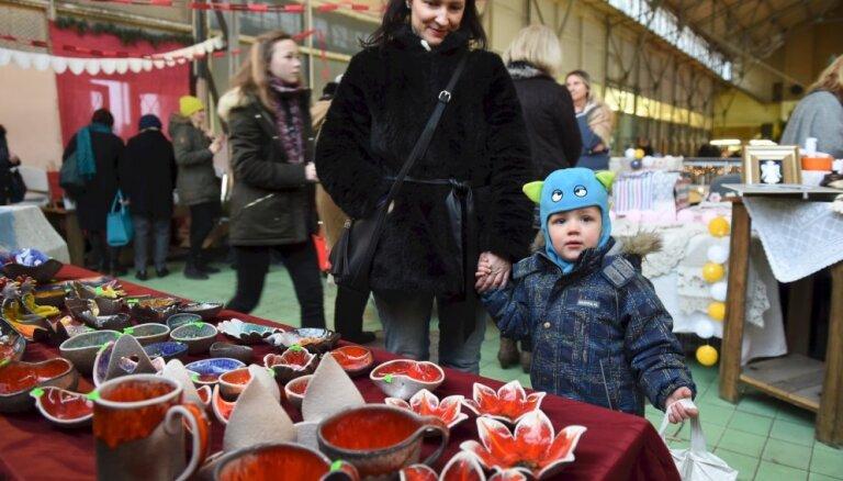 Foto: Svētku darinājumi un amatnieku nieciņi andelē Āgenskalna tirgū