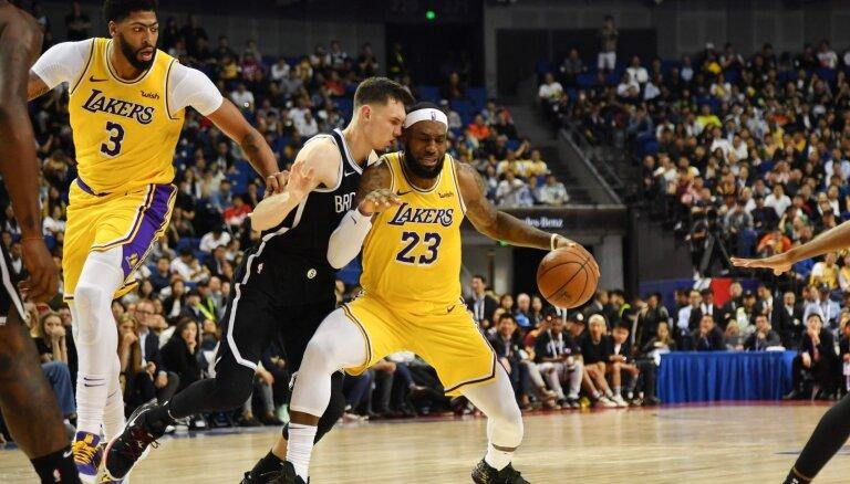 Kurucs ar produktīvu sniegumu palīdz 'Nets' Šanhajā uzvarēt 'Lakers'