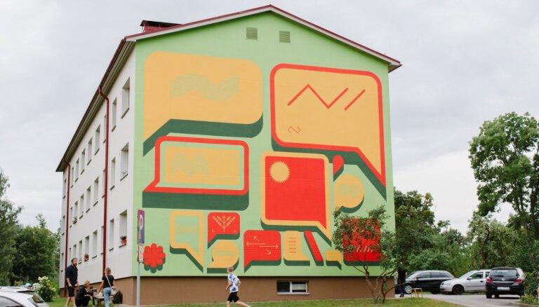 Cēsīs atklāts mākslinieka Pauļa Liepas lielformāta sienas gleznojums