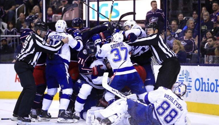 ВИДЕО: На матче НХЛ шайба пролетела в сантиметрах от головы комментатора