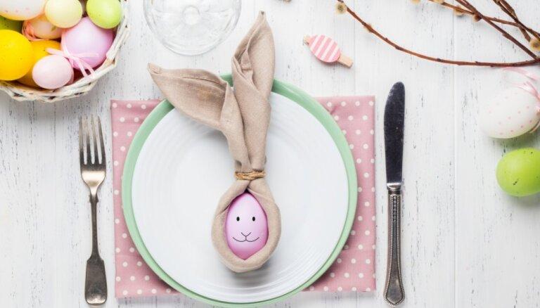 Zaķīši un puķīte: salvešu locīšanas idejas Lieldienu svētku galdam