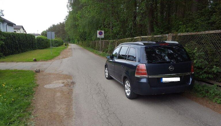 Foto: Nekaunīgs autovadītājs Babītē noparko spēkratu ceļa vidū