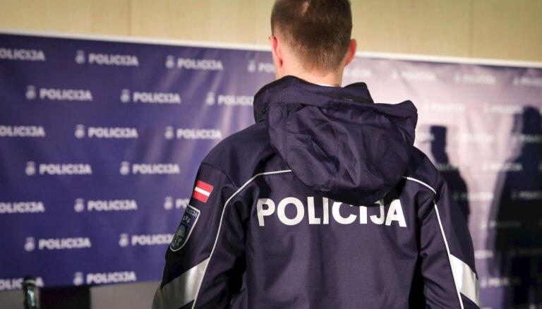 Policijas jauno formu skandāls: ražotājs kriminālprocesu uzskata par nepamatotu