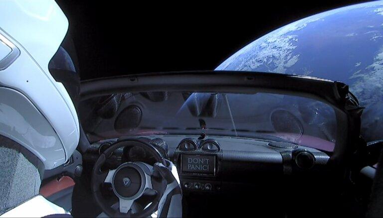 Ученые предсказали судьбу запущенной в космос машины, а самолеты взорвали ракету Маска