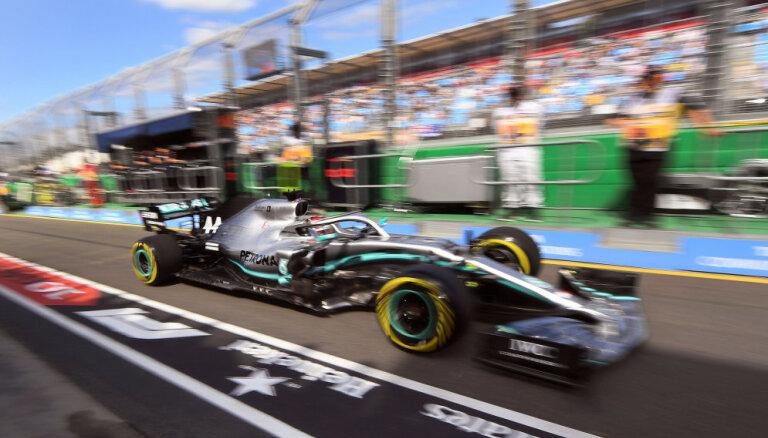 Hamiltons ir ātrākais pirmajos divos F-1 sezonas pirmā posma treniņos