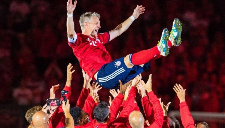 Švainštaigers savā atvadu spēlē pārstāv divas komandas un saraudina visu stadionu