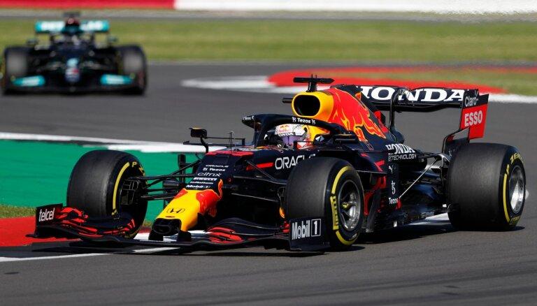 Verstapens apdzen Hamiltonu startā un uzvar F-1 sprinta kvalifikācijā