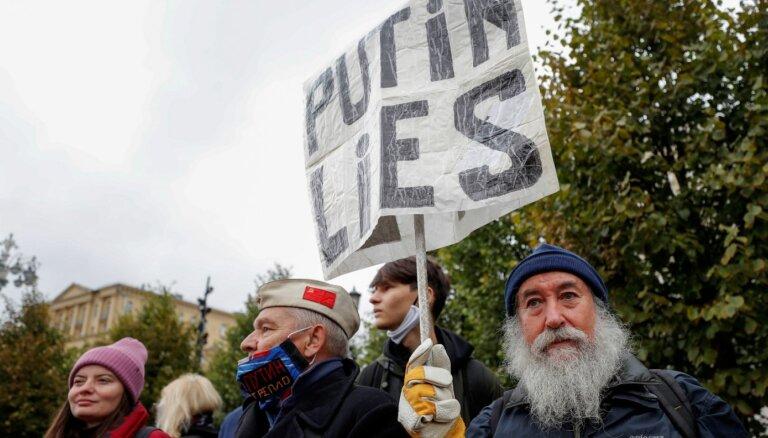 Foto: Maskavā simtiem cilvēku protestē pret vēlēšanu rezultātu falsifikāciju