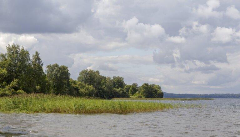 Aizliedz peldēties Rāznas ezera peldvietā Lipuškos; neiesaka Ragaciemā un Salacgrīvā
