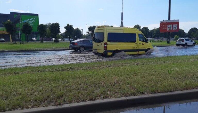 Video: Lietus pamatīgi appludinājis Krasta ielu Rīgā