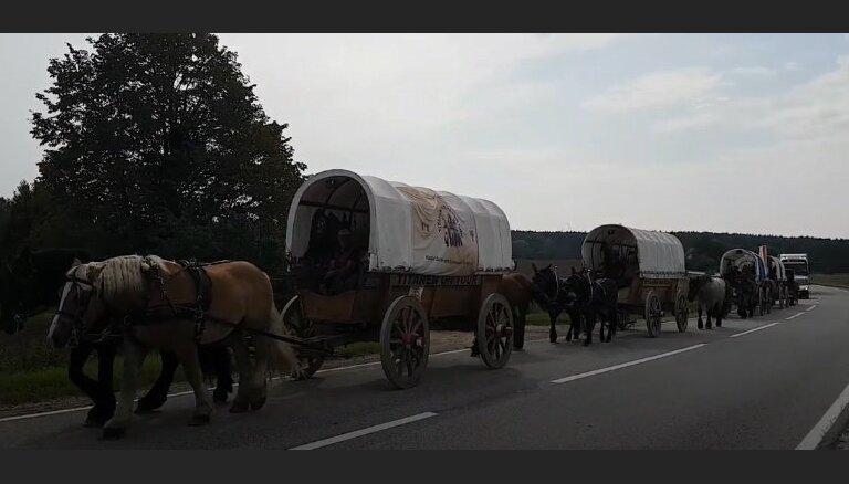 Video: Ceļotāji senos zirgu pajūgos sasniedz Valku