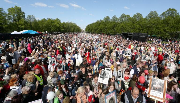 9 мая в Риге к памятнику Освободителям пришло более ста тысяч человек