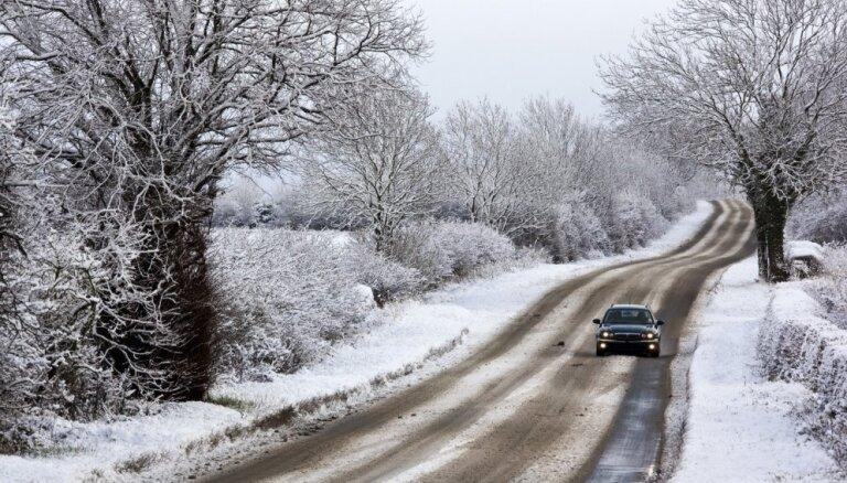 Atkusnī un lietū vietējās nozīmes autoceļi var būt īpaši slideni, brīdina LVC