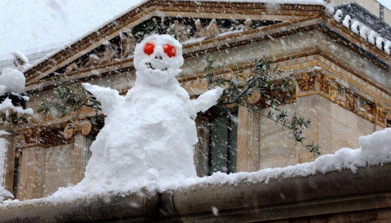 Foto: Atēnās neparasti daudz sniega; apturēta Covid-19 vakcinācija