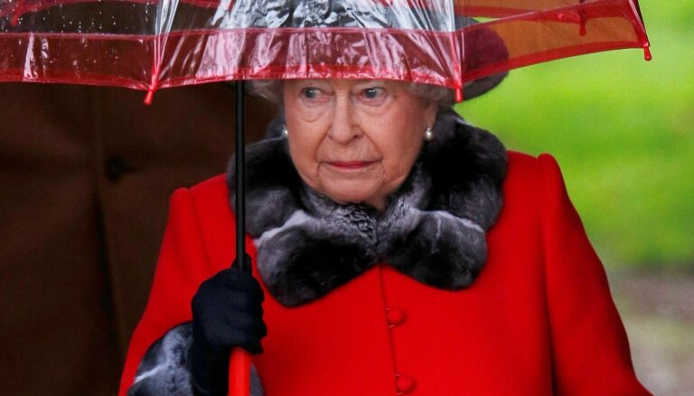 ФОТО: СМИ раскрыли секрет зонтов Елизаветы II в цвет наряда