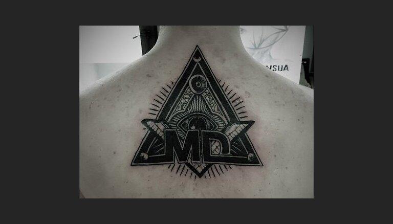 Miks Dukurs uz muguras uztetovējis iespaidīgu simbolu