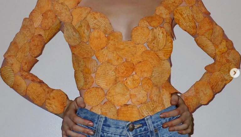 ФОТО. Костюм из сыра, шлепки из банана, браслет из капусты. Как выглядит самодельная одежда из еды
