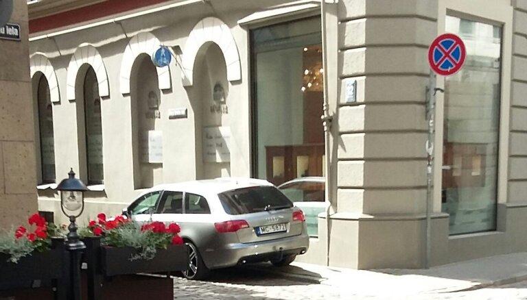 """ФОТО: """"Мастера"""" парковки на улицах Риги. Читатель делится фотографиями нарушений"""