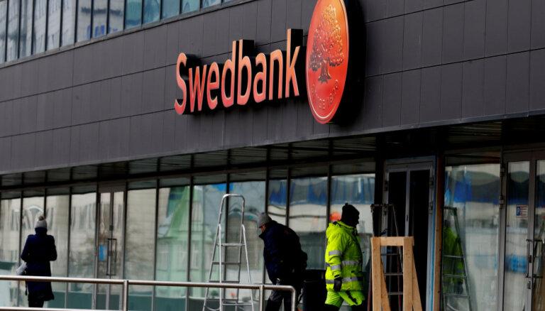 """""""Утром Swedbank уже не будет работать"""". Из-за слухов жители Даугавпилса бросились снимать наличные"""