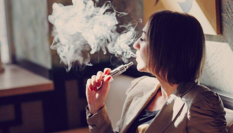В Латвии запретят рекламу электронных сигарет