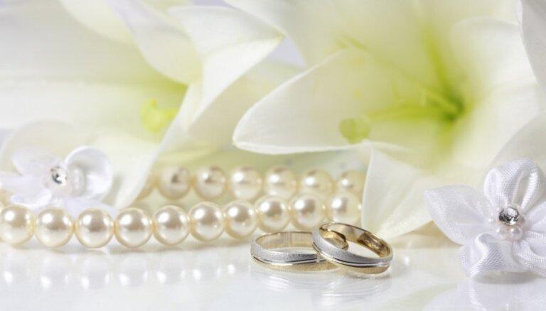 Ilgi un dārgi: Lasītājas birokrātiskais ceļš uz vīra uzvārdu pēc laulībām