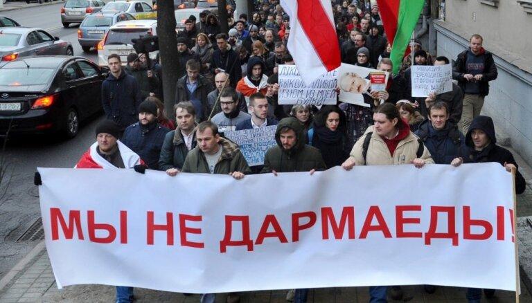 Video: Baltkrievijā brutāli aiztur 'liekēžu nodokļa' pretiniekus