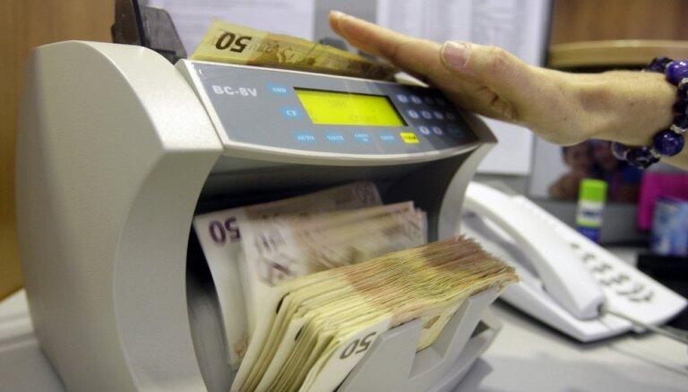Ministrijas joprojām piekopj nepamatoti izmaksāta atalgojuma praksi
