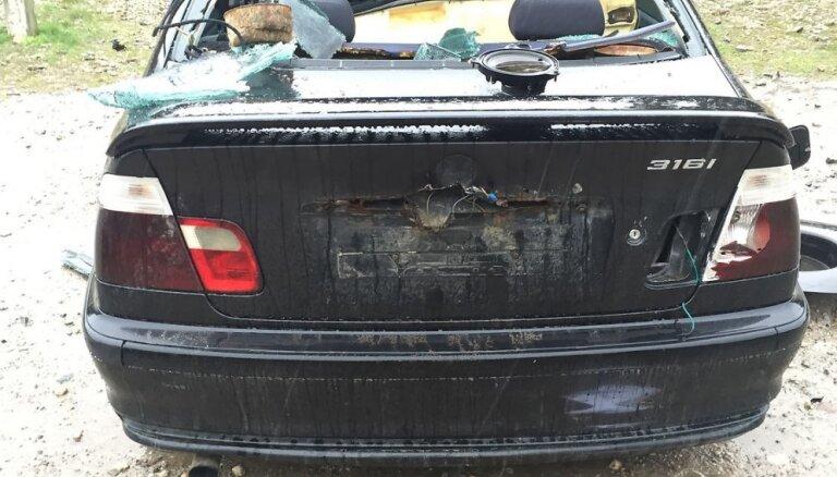 Aculiecinieks pamana Kalngales dzelzceļa stacijā izdemolētu BMW automašīnu