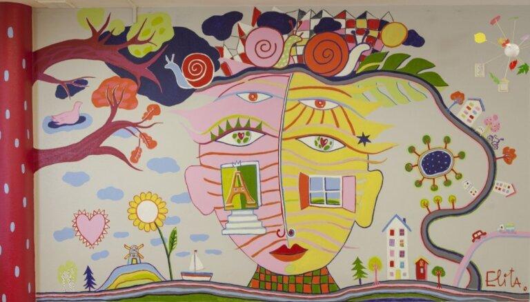 Elita Patmalniece bērnudārza grupiņā 'Gliemezīši' rada krāsainu sienas gleznojumu