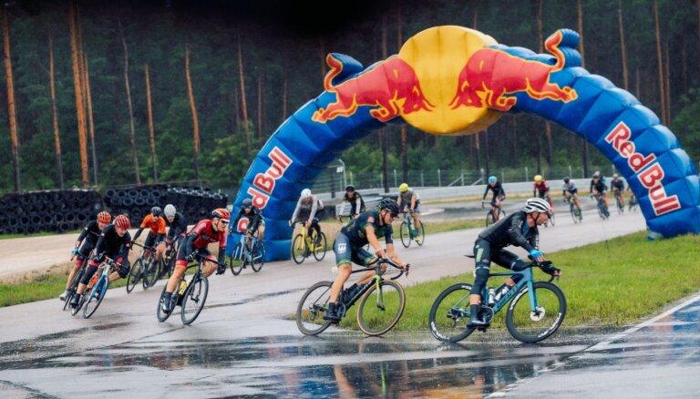 Foto: Lietainos laikapstākļos vairāki nekā 300 dalībnieki bauda 'Biķernieku trases velo svētkus'