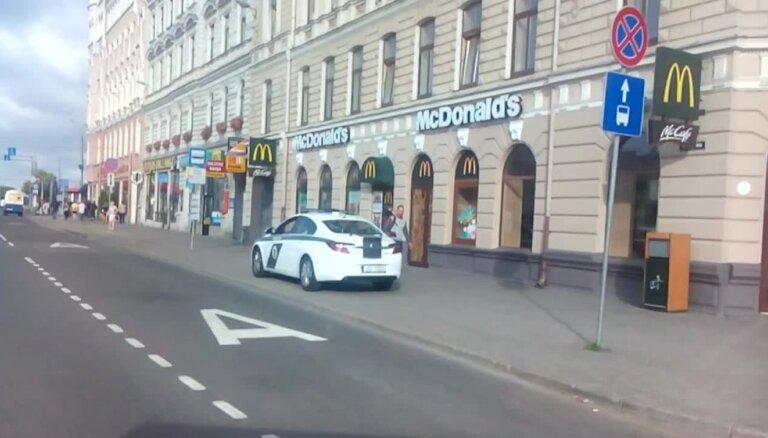 Policija novieto savu auto uz ietves