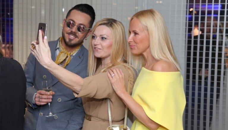 ФОТО: Модные рижане повеселились на открытии Riga Fashion Week