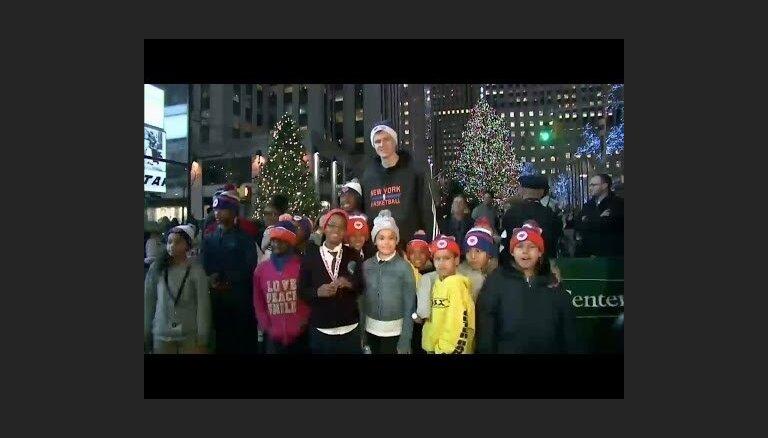 Video: Pirmssvētku Ņujorkā Porziņģa 'mānija' uzjundī ar jaunu sparu