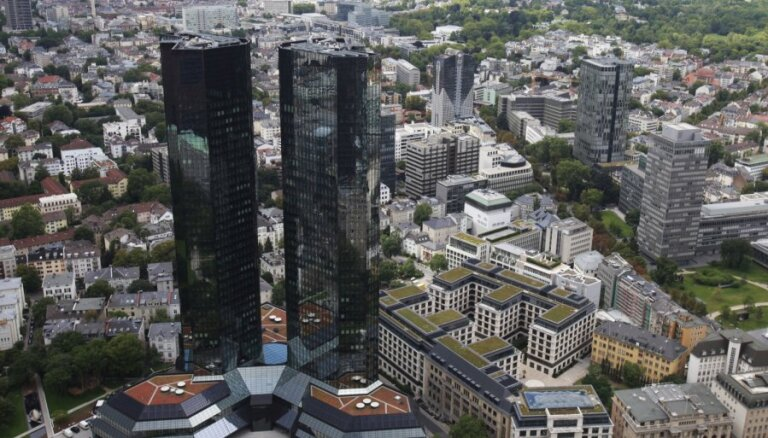 Ar zaudējumiem strādājošā 'Deutsche Bank' nomaina vadītāju