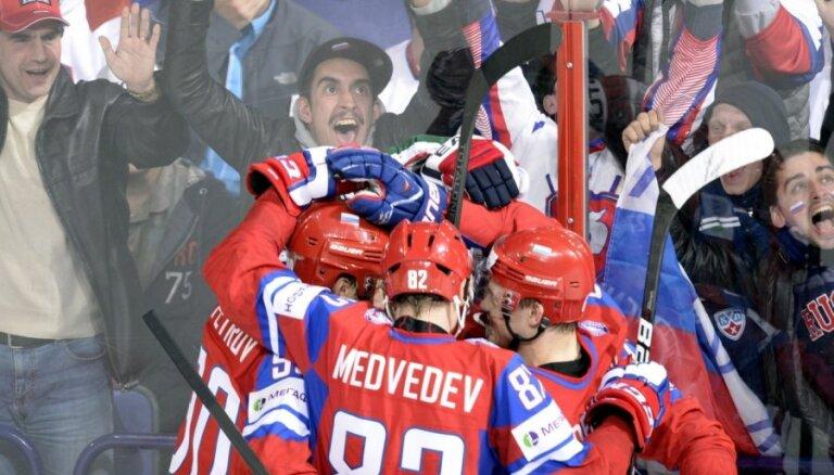 Aizraujošā duelī Krievija mača izskaņā izrauj uzvaru pār ASV
