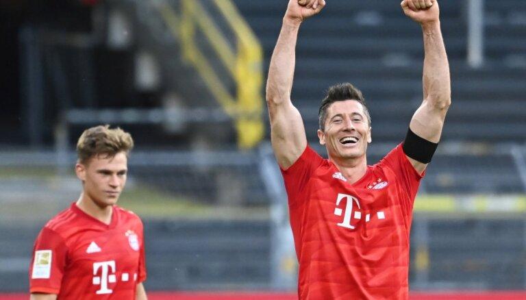 Vācijas grandu duelī 'Bayern' pieveic 'Borussia'