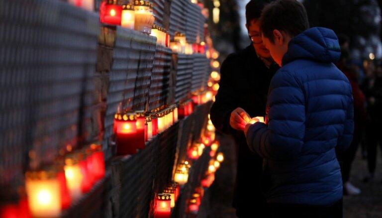 Foto un video: 11. novembra krastmalā iemirdzas tūkstošiem svecīšu