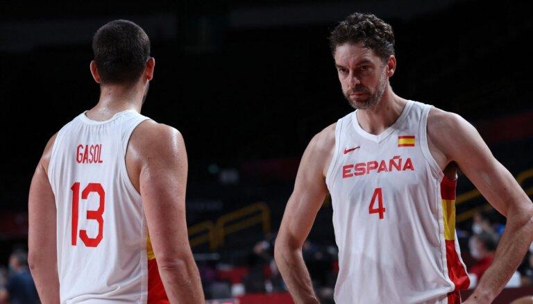Tokijas spēļu ceturtdaļfinālā basketbolā tiksies olimpiskās sāncenses Spānija un ASV