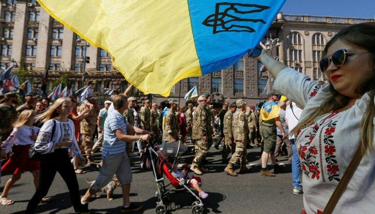 Foto: Ukraiņu karavīri sarīko neoficiālu Neatkarības dienas 'parādi'