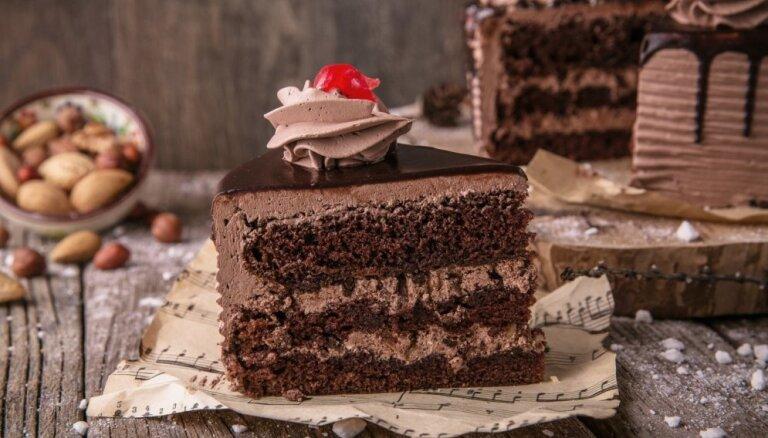 Soli pa solim: kā pagatavot padomju konditoreju vizītkarti – šokolādīgo torti 'Prāga'
